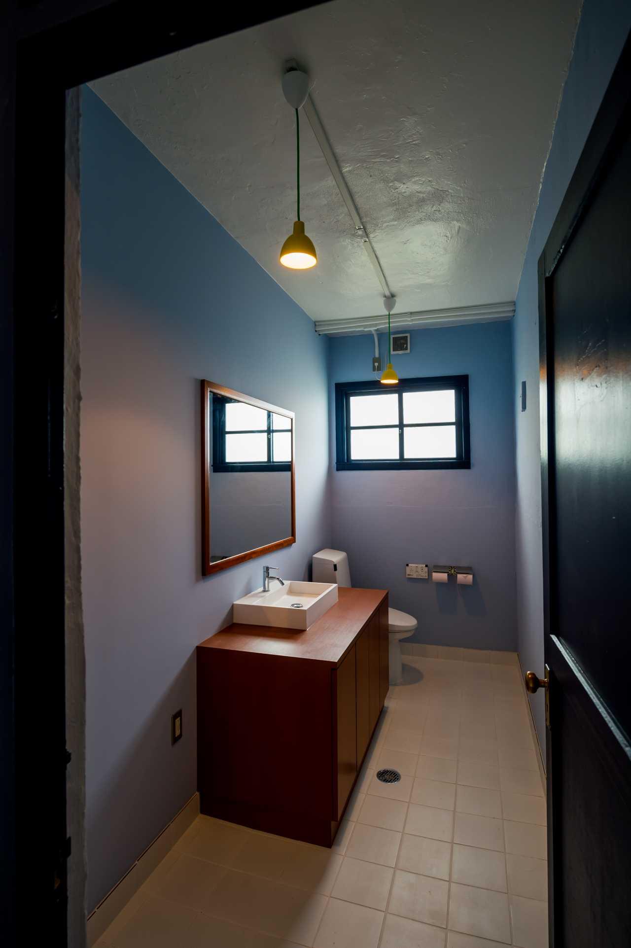 トイレは全体的にブルーで統一していて、カガミや洗面台も雰囲気に合うようにオリジナルで制作しています