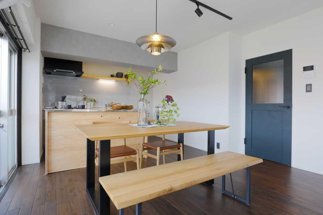 造作のステンレスキッチンカウンターは棚下にコンセントもついており、使い勝手抜群